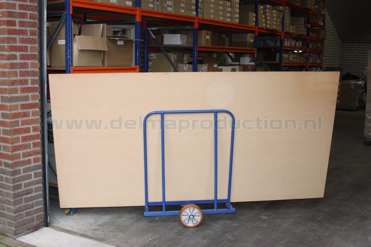 Platen Transportwagen 600 kg Uitgevoerd met gelagerde nylonwielen.  (2)